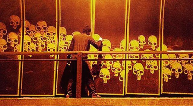 Alexandre Orion fazendo reverse graffiti em muro de São Paulo