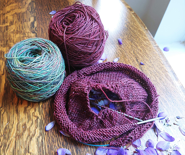 Picture of two balls of yarn and a knitted item.